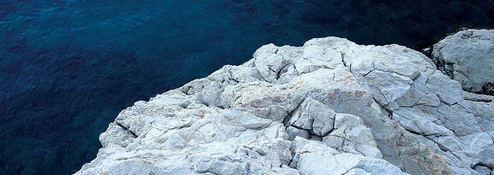 Gdje kamen ljubi more